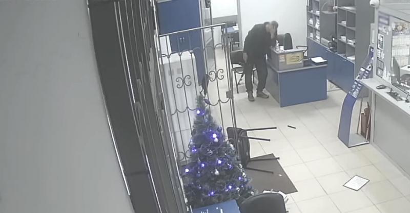 МВД опубликовало видео нападения пьяного мужчины на банк в Алуште