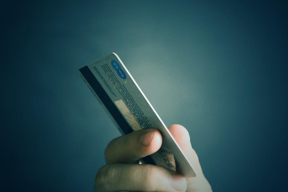 Молодой севастополец расплатился найденной картой за товары на 9 тысяч рублей