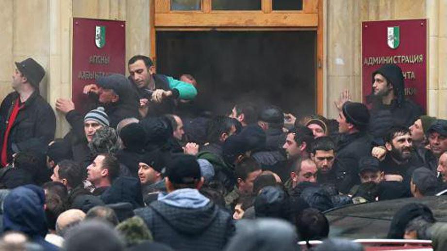 В Абхазии могут ввести режим чрезвычайного положения