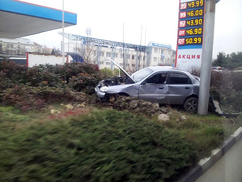 В Севастополе Daewoo Lanos вылетел на клумбу после удара автобуса