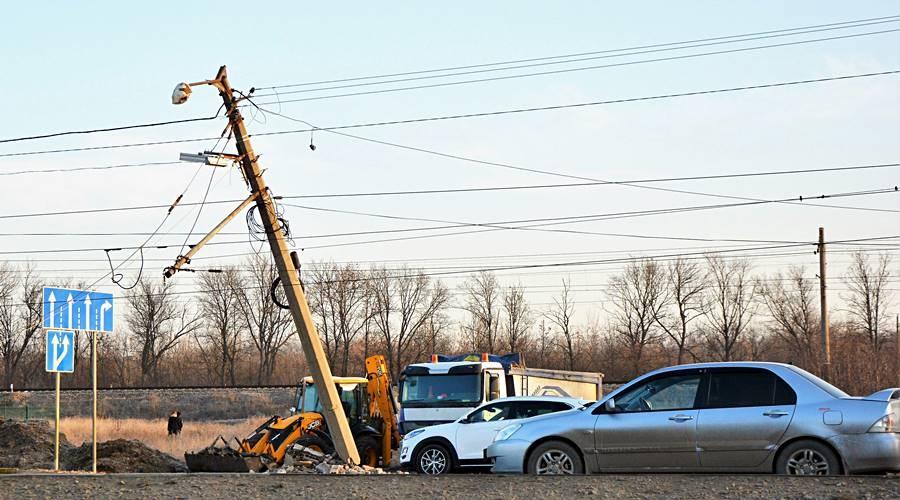 Грузовик снес электроопору и собрал пробку: авария на выезде из Симферополя