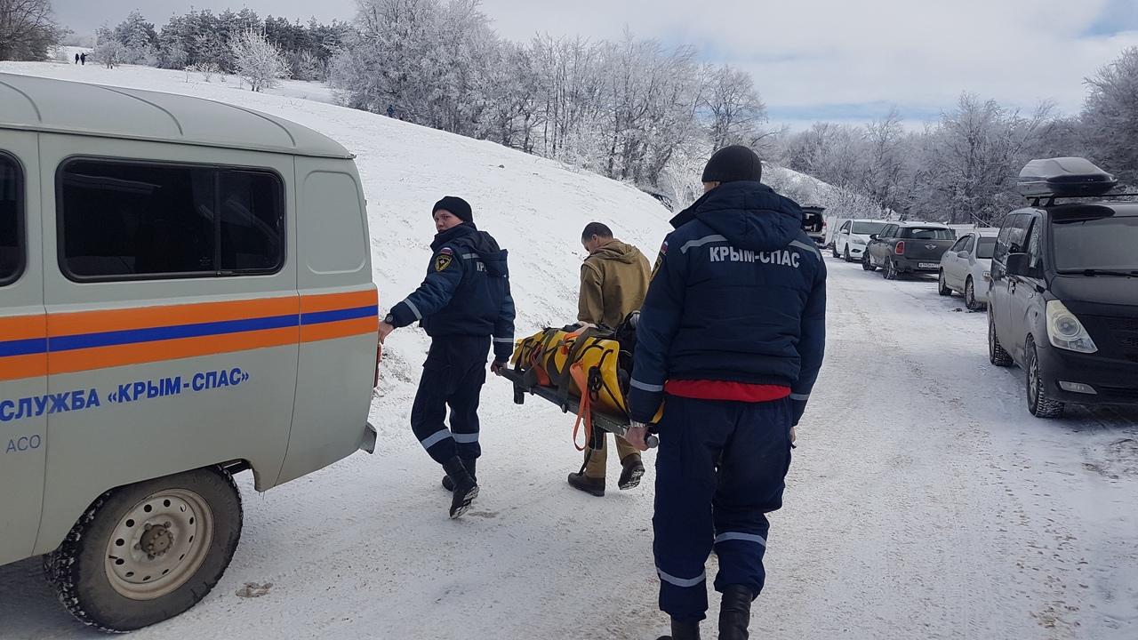 Девушка из Севастополя врезалась в дерево, катаясь на санках в горах