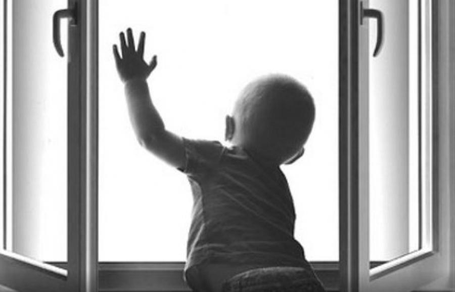 В Севастополе годовалый ребенок выпал из окна