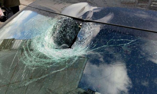 Обиженная крымчанка разбила машину возлюбленного кирпичом