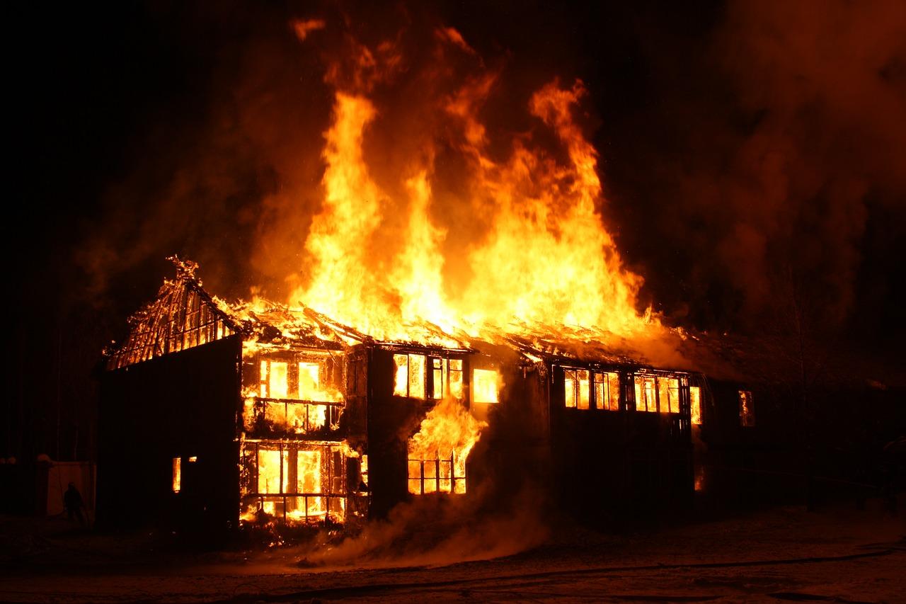 В Крыму из объятого пламенем здания вынесли женщину