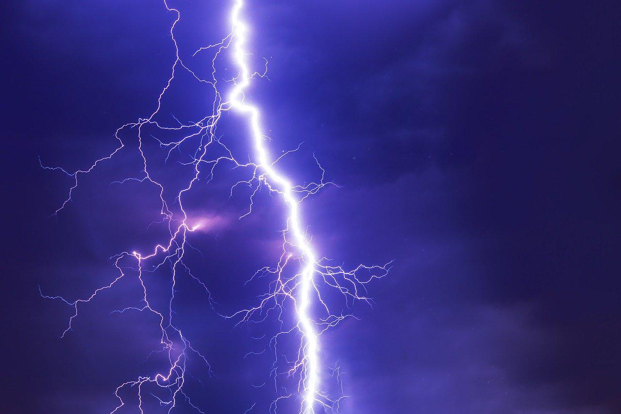 Опубликован редкий снимок удара молнии в самый высокий небоскреб ОАЭ