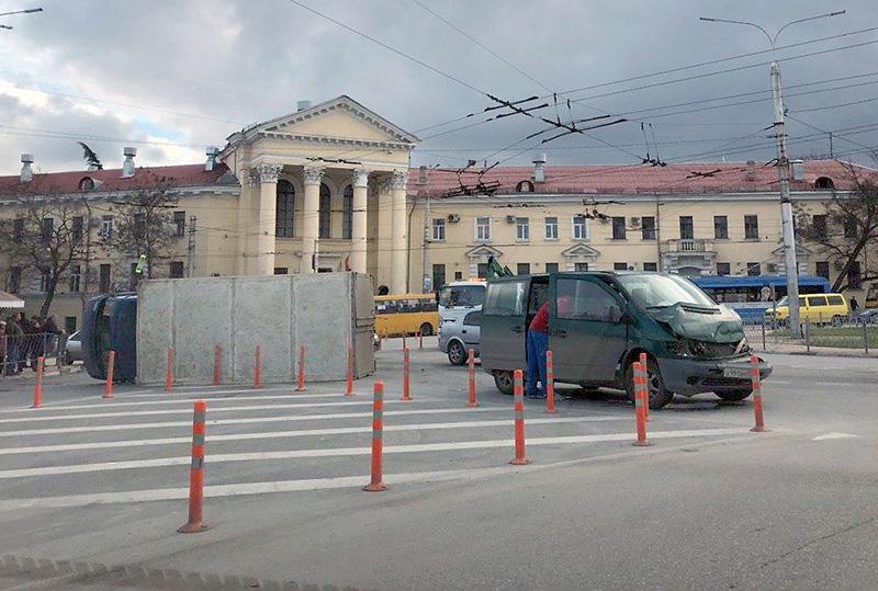 В центре Севастополя перевернулся грузовик