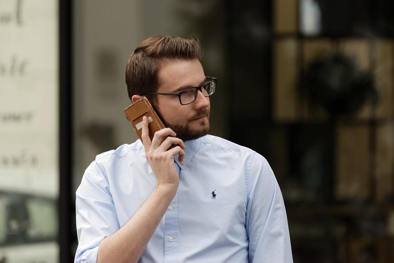 В Севастополе мужчина попросил у прохожего позвонить и сбежал с телефоном