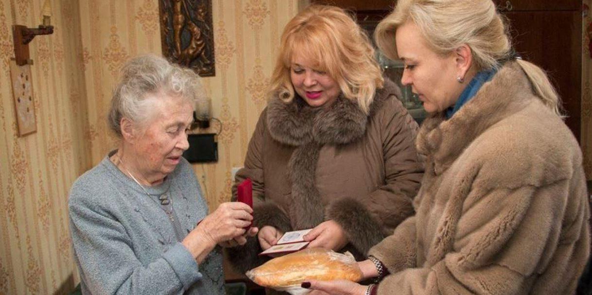 Крымская чиновница в шубе поздравила блокадников батоном хлеба и лишилась работы