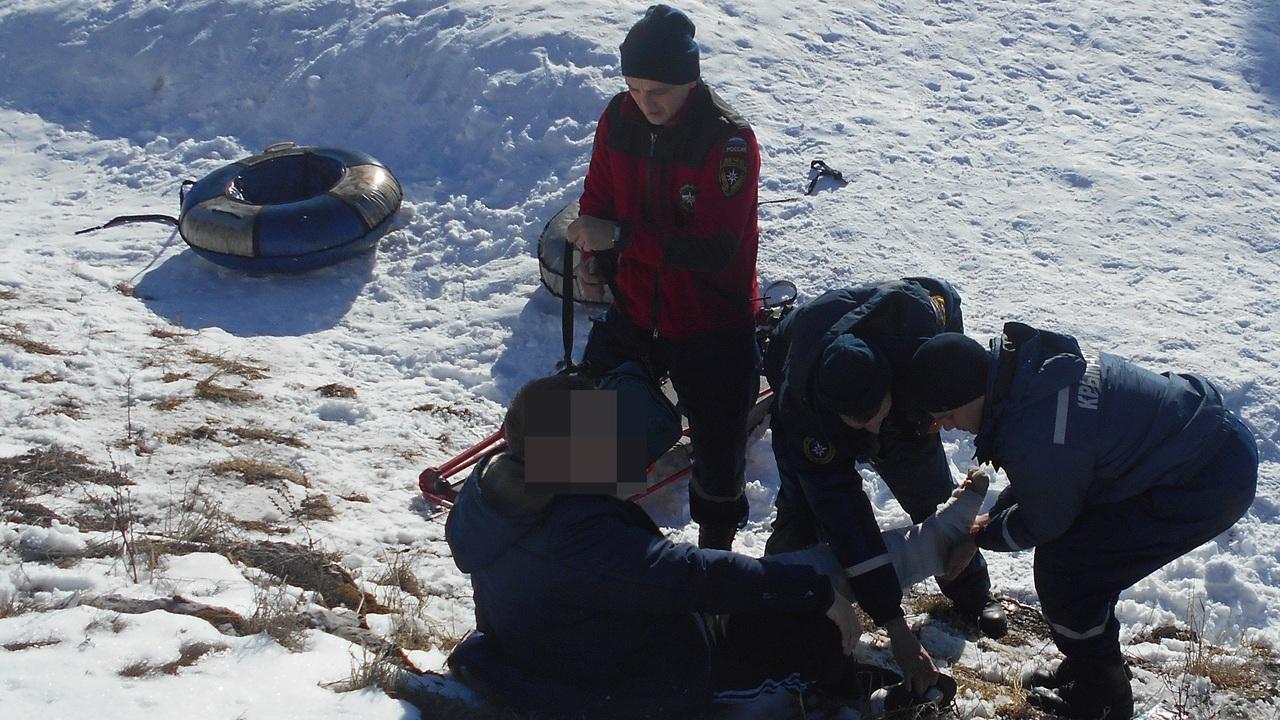 Травмы головы, ног, брюшной полости: для пяти человек зимний отдых в горах Крыма закончился плачевно