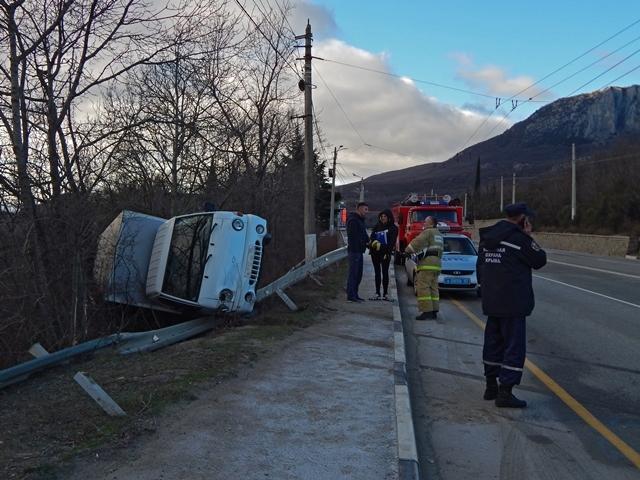 На скользкой трассе в Крыму перевернулась иномарка