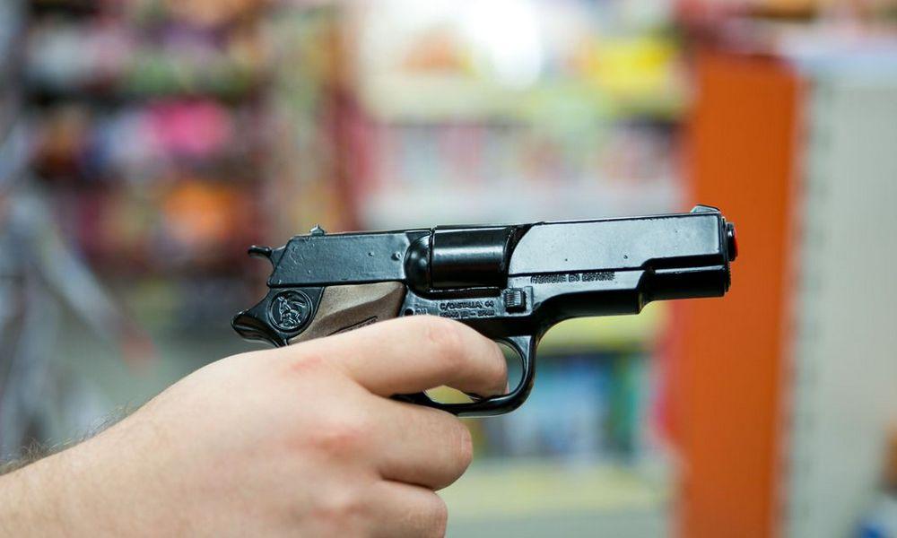 В Крыму мужчины отобрали у прохожего телефон, угрожая игрушечным пистолетом