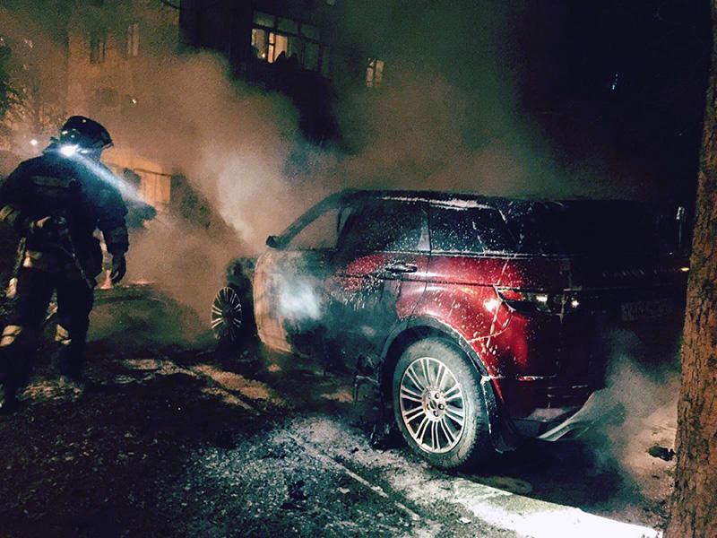 В Севастополе ночью сгорел дорогой внедорожник