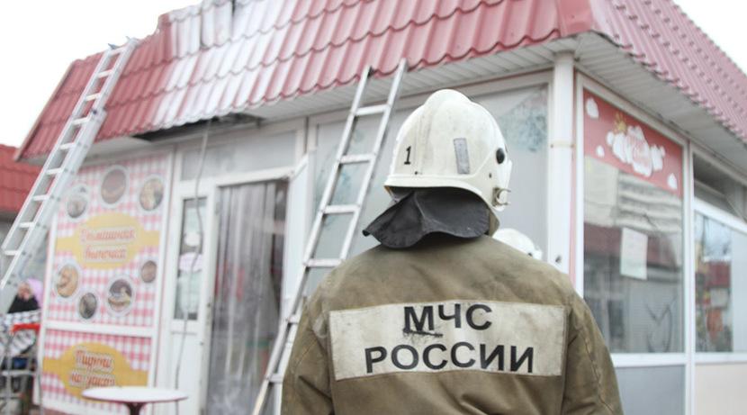 На рынке в Севастополе вспыхнул торговый павильон