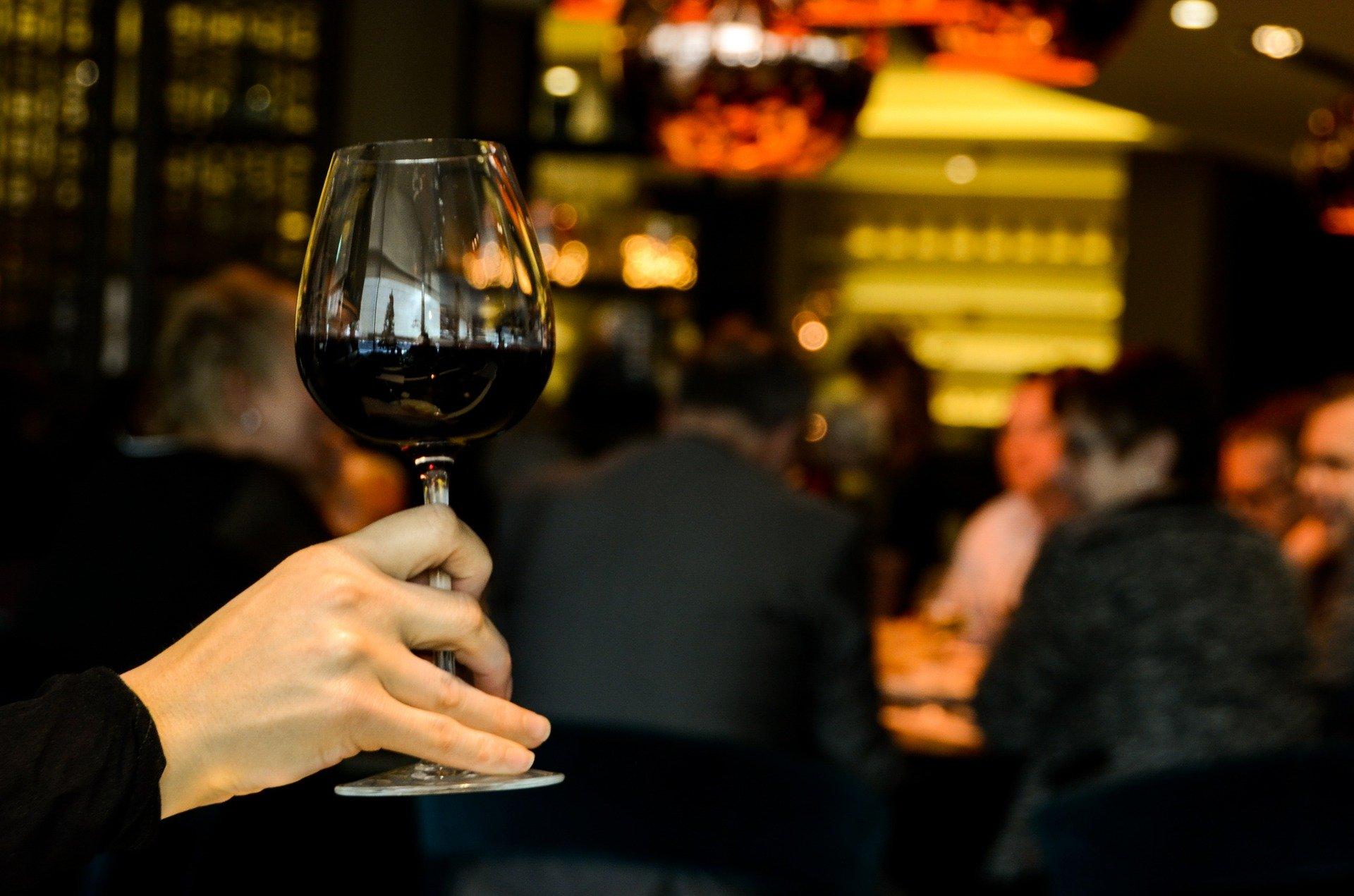 Чем отличается вино в бутылке и в картоне — Роскачество