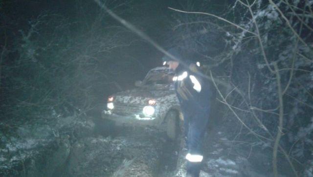Ночью в Крыму два человека на автомобиле увязли в грязи над обрывом