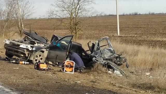 В ДТП с грузовиком на крымской трассе погибли два человека