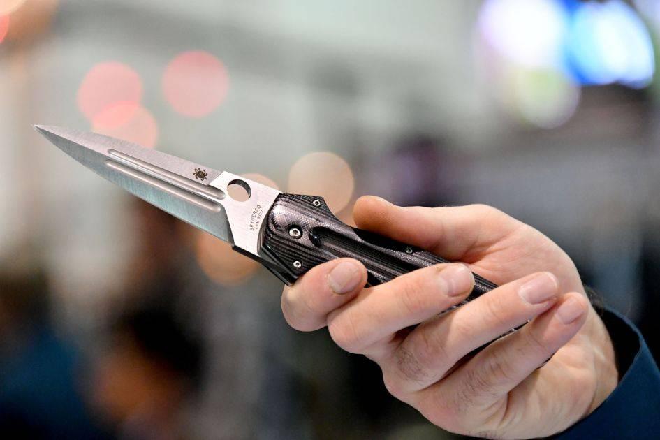 Крымчанин не захотел оплатить покупку и метнул ножом в продавца магазина