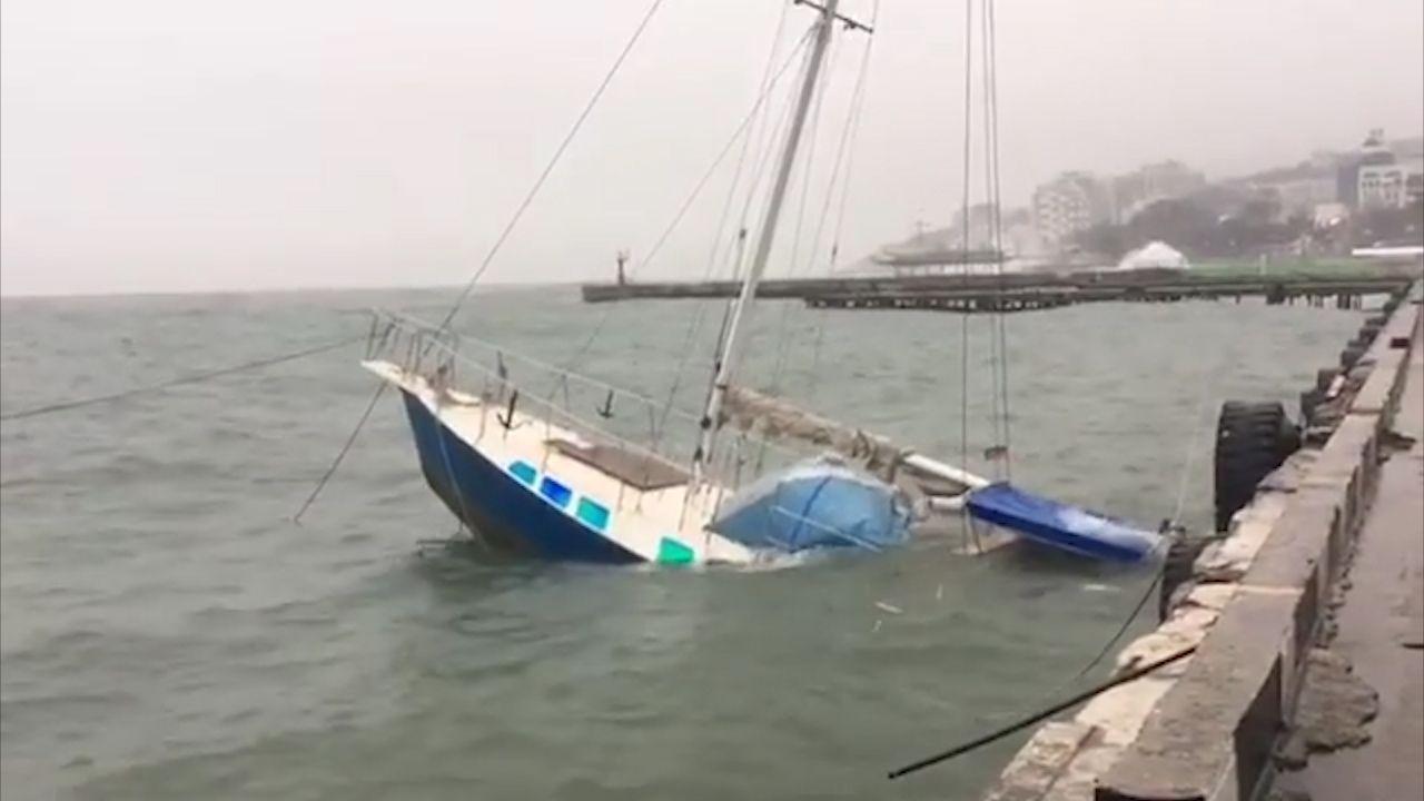 Шторм в Ялте затопил пришвартованную яхту