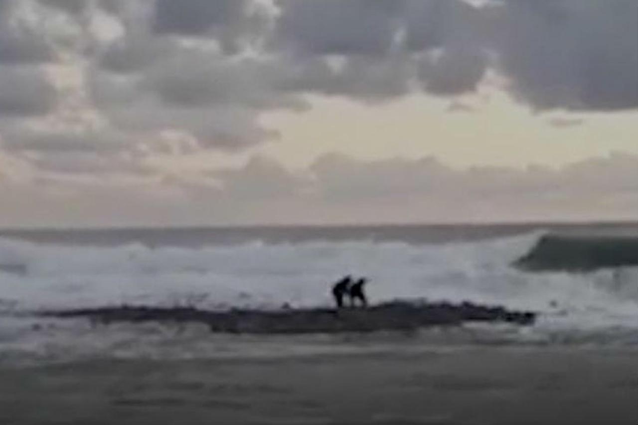 В Сочи двух мальчиков унесло штормом в море: ведутся поиски