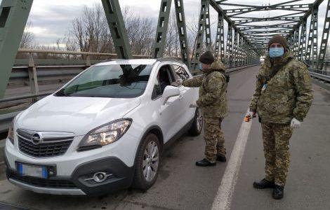 На границе с Украиной у крымчан измеряют температуру