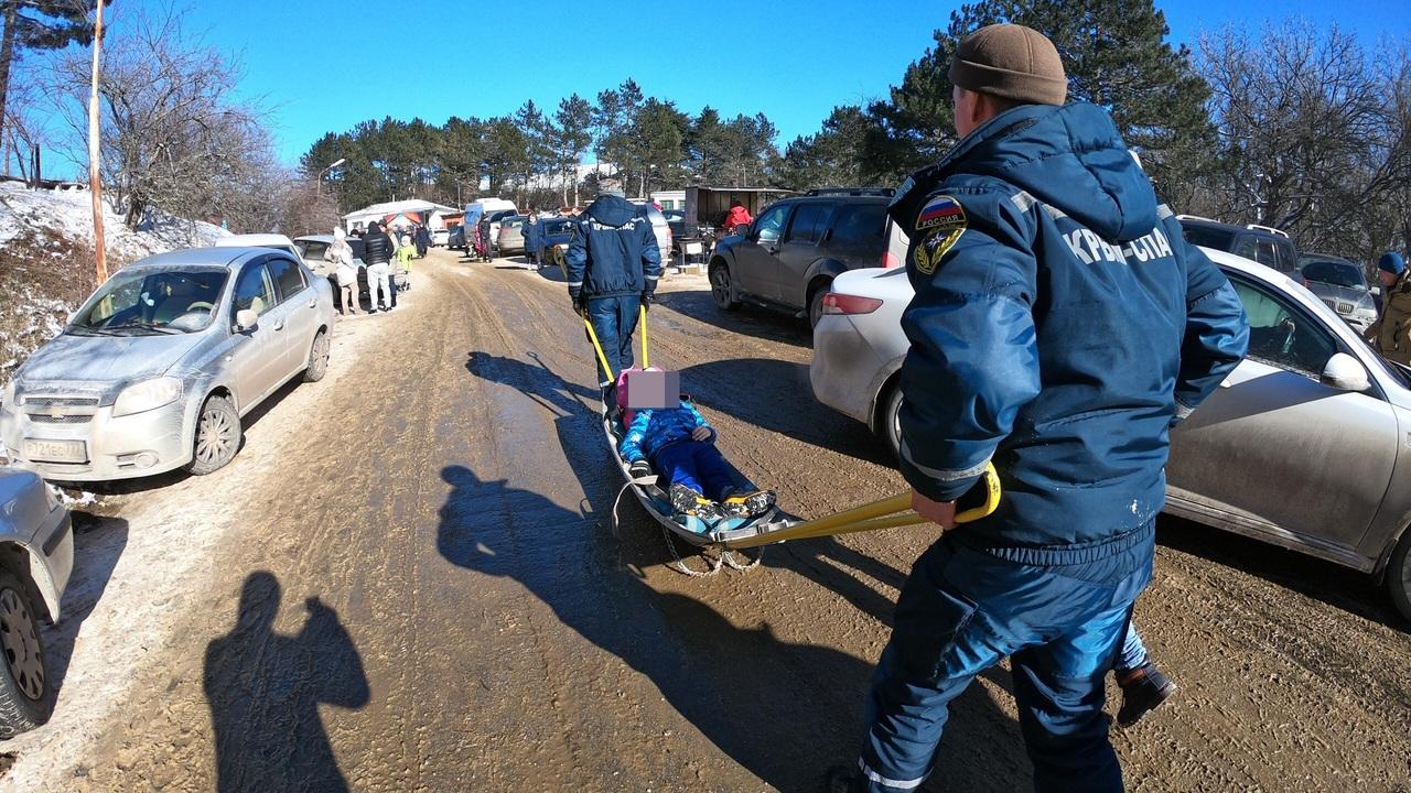 Порванная щека, перелом ноги: на выходных дети получили серьезные травмы на Ангарском перевале