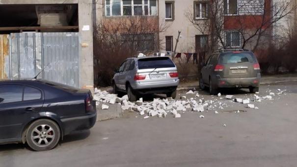 Стена недостроенного здания упала на авто в Симферополе