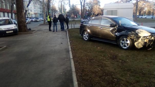 У здания Совмина в Симферополе столкнулись Mitsubishi и Peugeot