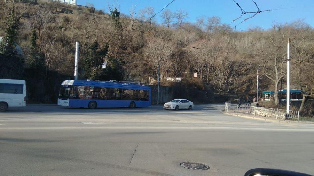 В районе железнодорожного вокзала Севастополя встали троллейбусы