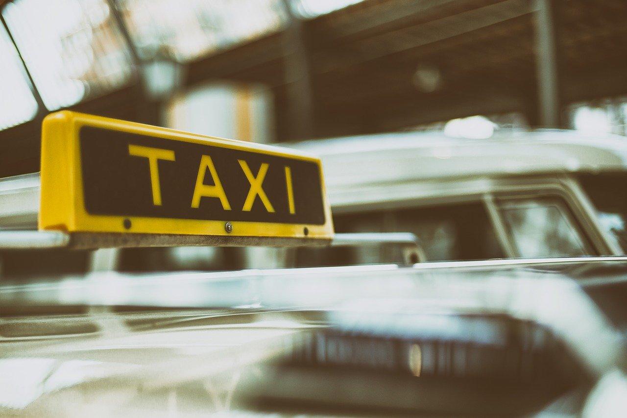 Пассажирка такси силой отобрала мобильный у водителя и сбежала