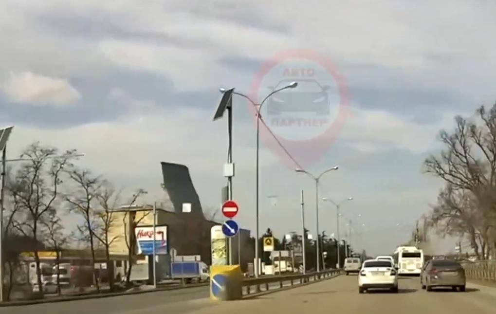 Момент срыва крыши ветром в Крыму попал на видео