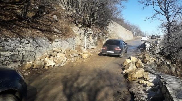 Дорогу на плато Ай-Петри перекрыл оползень