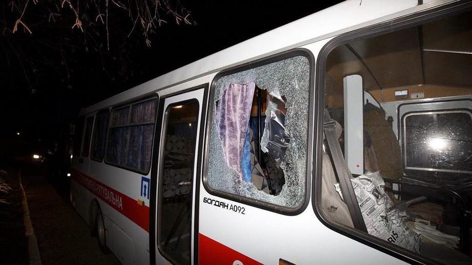 На Украине закидали камнями автобус с эвакуированными из Китая людьми