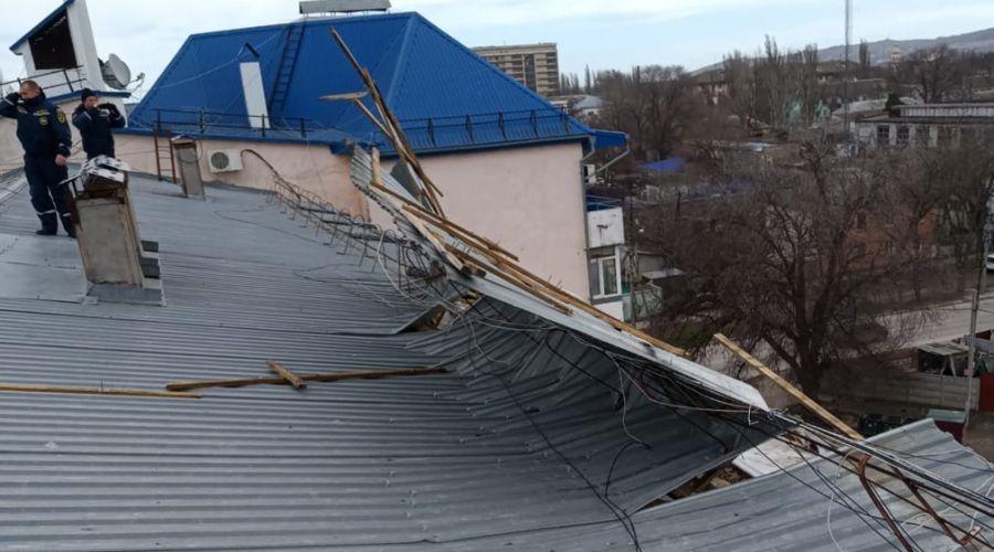 Сильный ветер сорвал часть крыши с дома в Феодосии