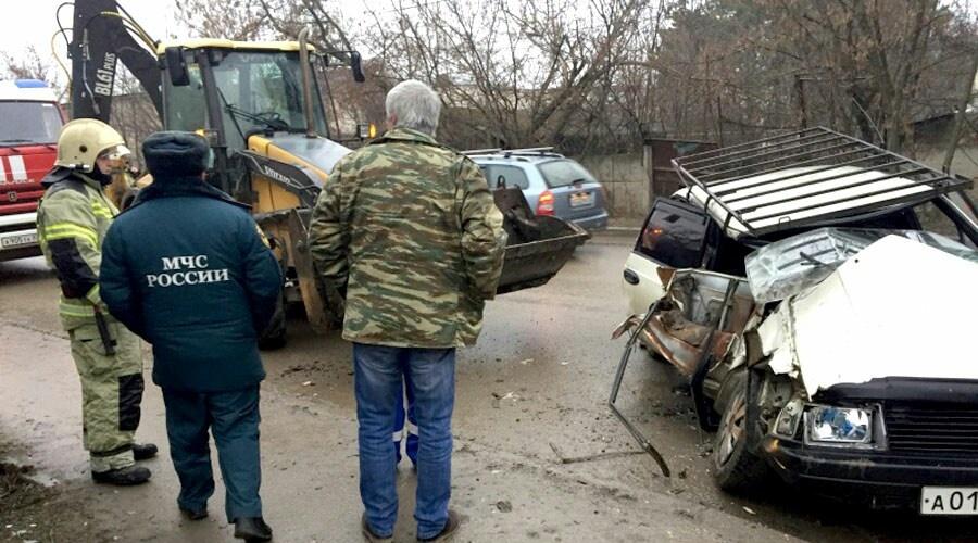 В Крыму бульдозер протаранил «Москвич» и заблокировал там людей