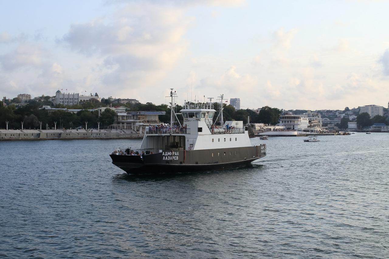 Погода остановила движение парома в Севастополе