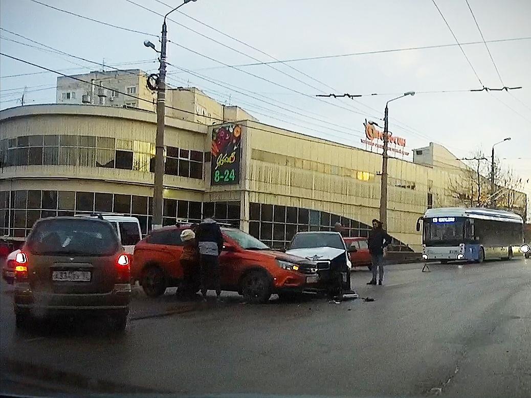 В Севастополе возле «Апельсина» столкнулись два автомобиля