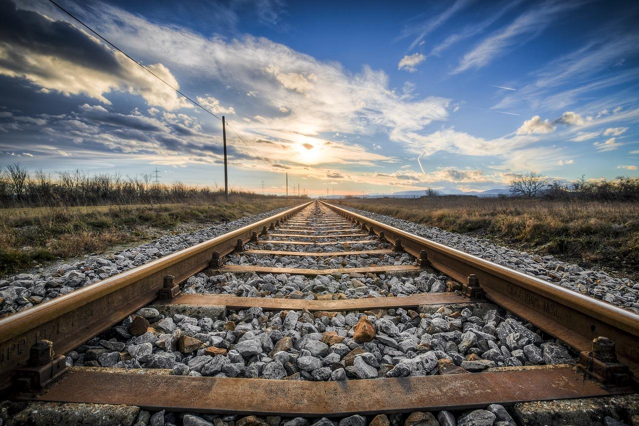 Имитация самоубийства: в Джанкое мужчина перетаскивал на железнодорожные пути тело женщины