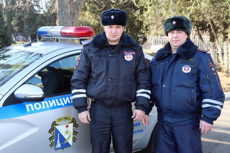 В Севастополе сотрудники ДПС пришли на помощь автоледи, попавшей в сложную дорожную ситуацию