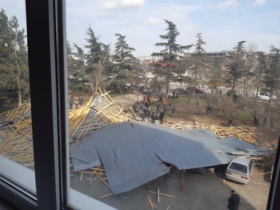 В Симферополе ураганный ветер сорвал крышу института