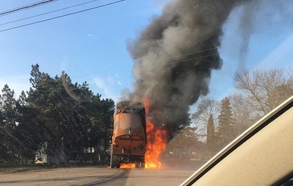Очевидцы: на трассе в Балаклаве вспыхнул бензовоз