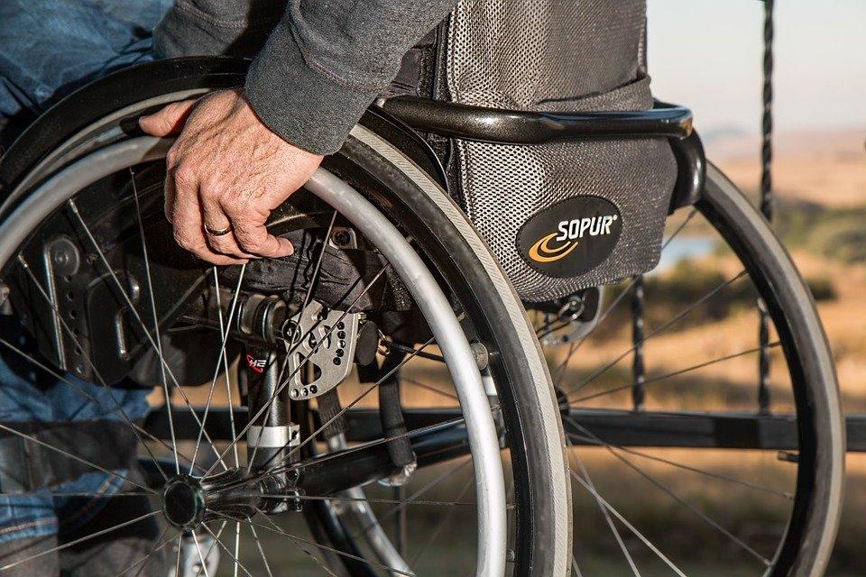 В Крыму на остановке мужчина ограбил инвалида-колясочника
