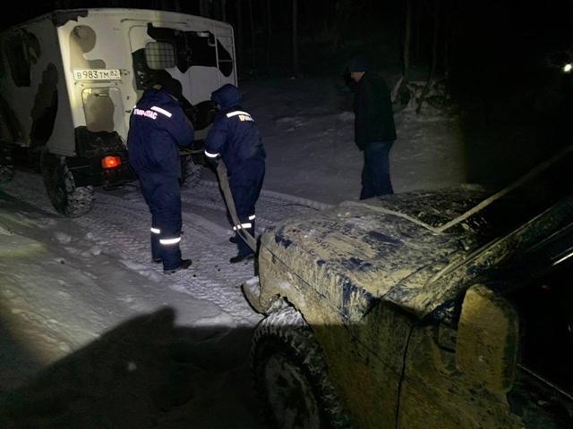 В снежном заносе в Крыму увяз автомобиль
