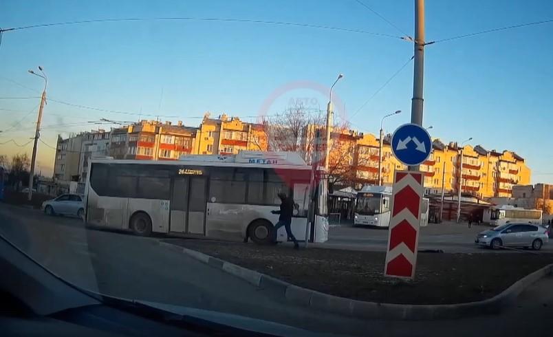В Севастополе автобус без водителя снес дорожный знак и выкатился на кольцо