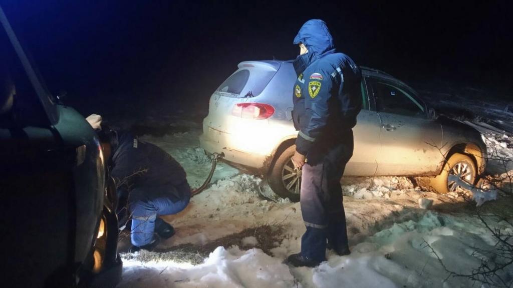 В горах Крыма в снежном заносе застрял автомобиль с пятью людьми