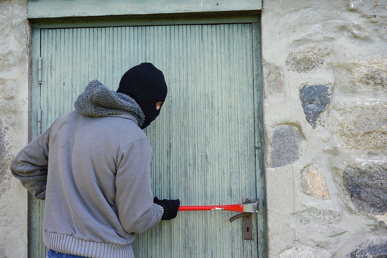 В Симферополе вор запер женщину в туалете, пока грабил ее квартиру