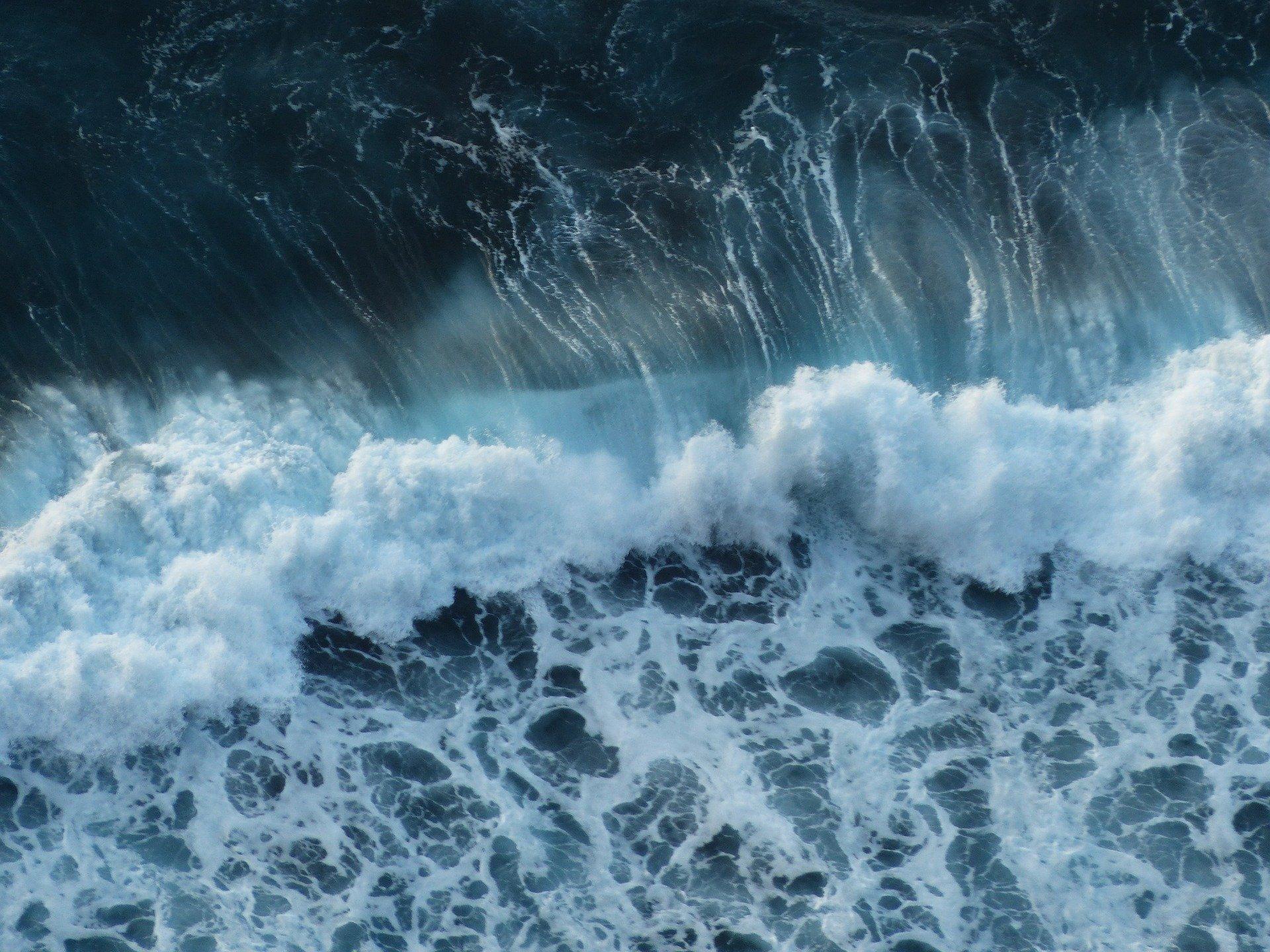 Тела нашли спасатели: в Ялте волной в море смыло мужчину и женщину