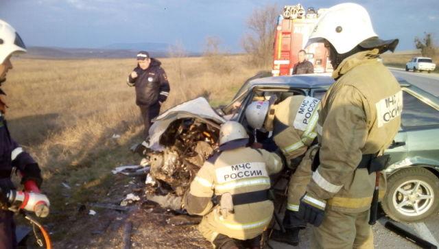 Водителя зажало в машине: в серьезном ДТП на крымской трассе пострадали два человека