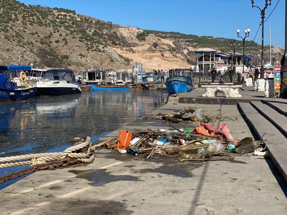К берегам Севастополя прибило мусор из Турции