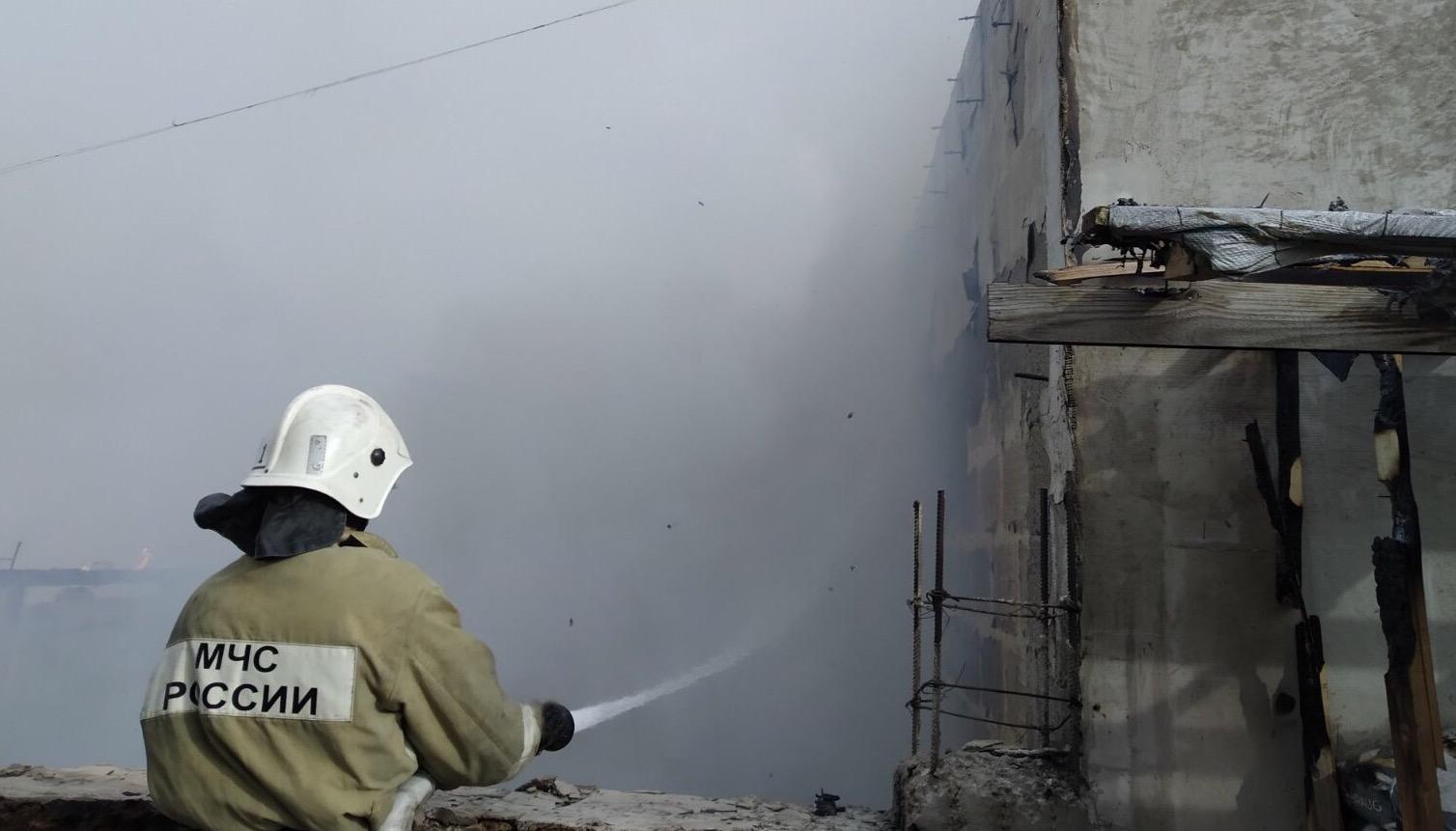 Огонь едва не перекинулся на жилой дом: в Севастополе утром сгорел магазин